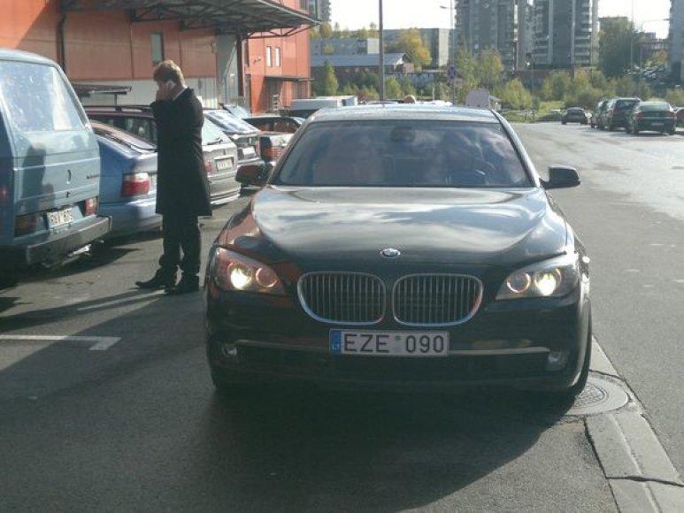 Į pirmąjį teismo posėdį atvykęs M.Jovaiša pats nevairavo savojo limuzino BMW. Milijonierius pasinaudojo vairuotojo paslaugomis.