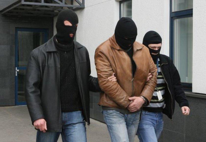 Įtariamasis išvedamas iš teismo