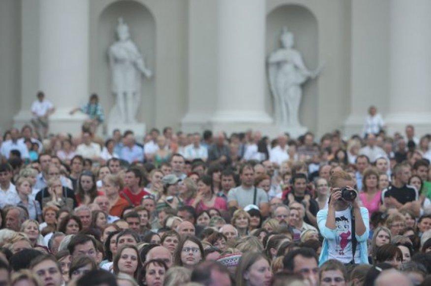 Griausmingomis dainomis, simboliniais fejerverkais, įvairiais tautiniais pasididžiavimais, skirtingomis tarmėmis trečiadienio vakarą aidėjo Katedros aikštė.