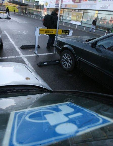 Policijos pareigūnai ir neįgalieji ketvirtadienį ragino visuomenę būti dėmesingesnę ir neužstatyti neįgaliųjų automobiliams skirtų vietų prie prekybos centrų.