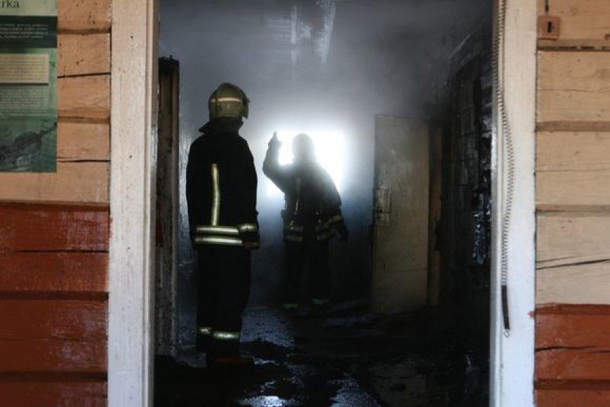 Gaisrininkai apžiūri mokyklos patalpas