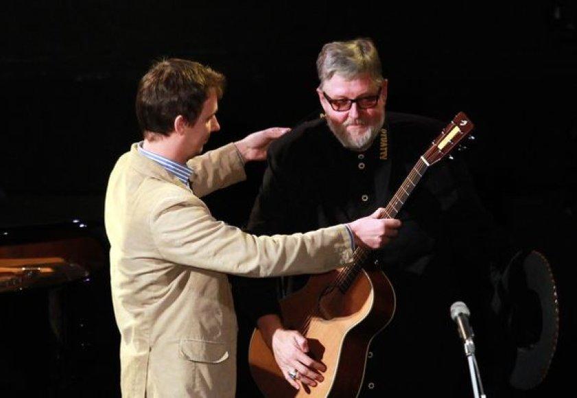 Virgiui Stakėnui įteikta Vytauto Kernagio vardo gitara