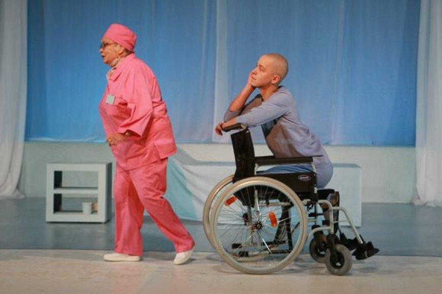 """Spektaklyje """"Oskaras ir ponia Rožė"""" pagrindinius vaidmenis sukūrė aktoriai E.Gaigalaitė bei D.Švirėnas."""