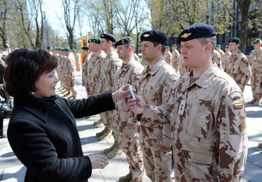 Kiekvienam kariui ministrė įteikė po suvenyrinę dovanėlę – gintarinius raktų pakabučius.