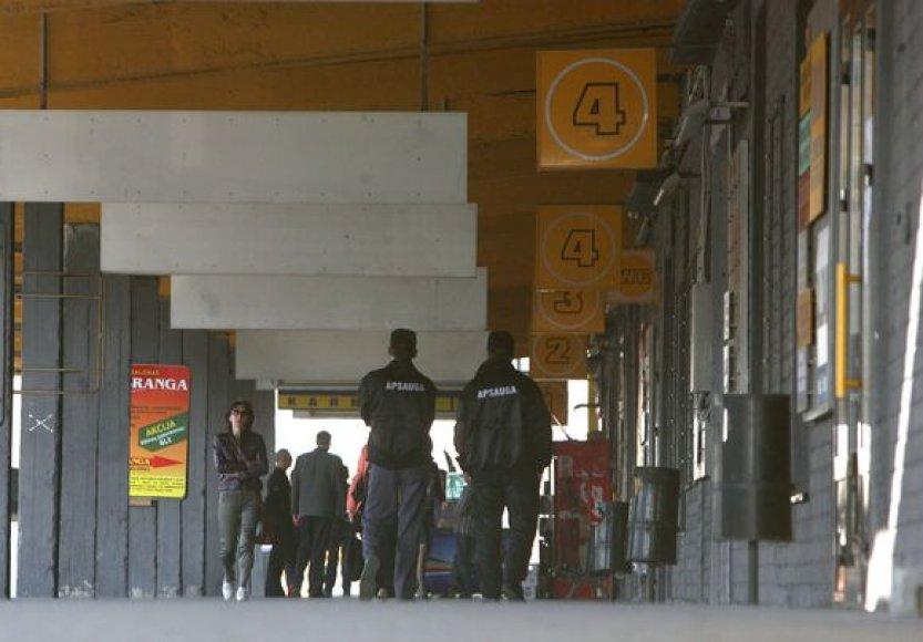 """Trečiadienį """"Geltonąją galeriją"""" saugoję UAB """"Galinta ir partneriai"""" atsiųsti apsaugos darbuotojai prekybininkų į vidų neįleido net pasiimti asmeninių daiktų."""