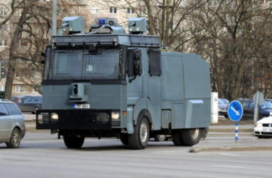 Estijos pareigūnai džiaugiasi galų gale įsigiję vandens patranką.