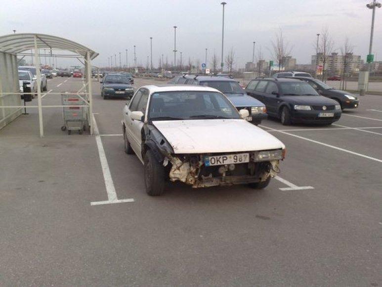 "Automobilis ""Mega"" aikštelėje."
