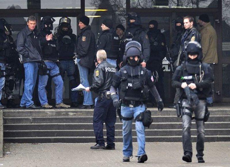 Policija prie mokyklos, kur įvyko kruvinas išpuolis
