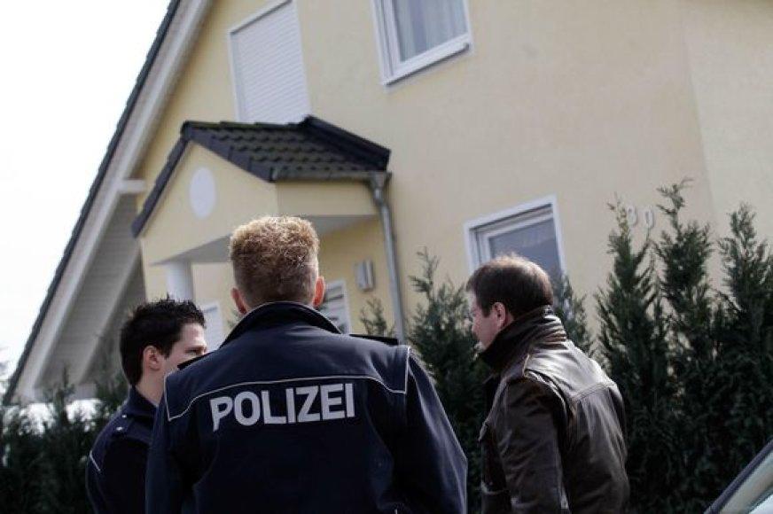 Pareigūnai prie namo, kur įvyko kruvinas susišaudymas