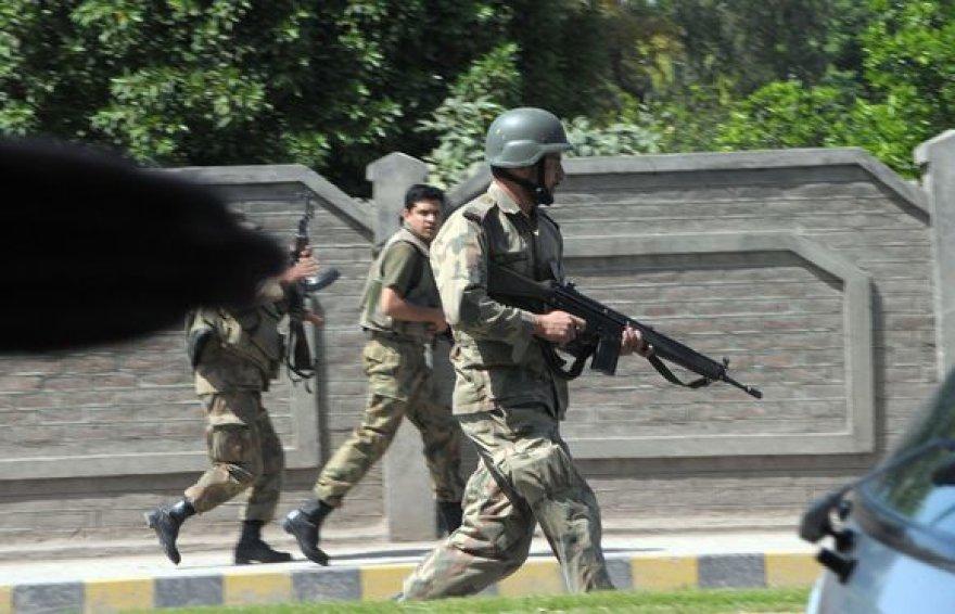Pakistaniečių kariai po sprogimo Pešavare