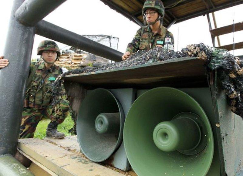 Propagandą transliuojantys Pietų Korėjos garsiakalbiai Šiaurės Korėjos pasienyje.