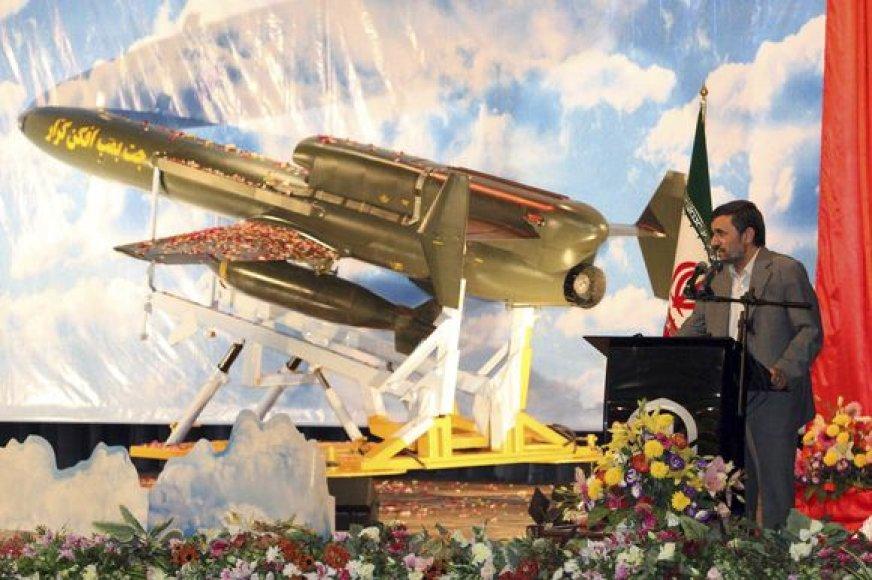 Mahmoudas Ahmadinejadas pristato nepilotuojam lėktuvą