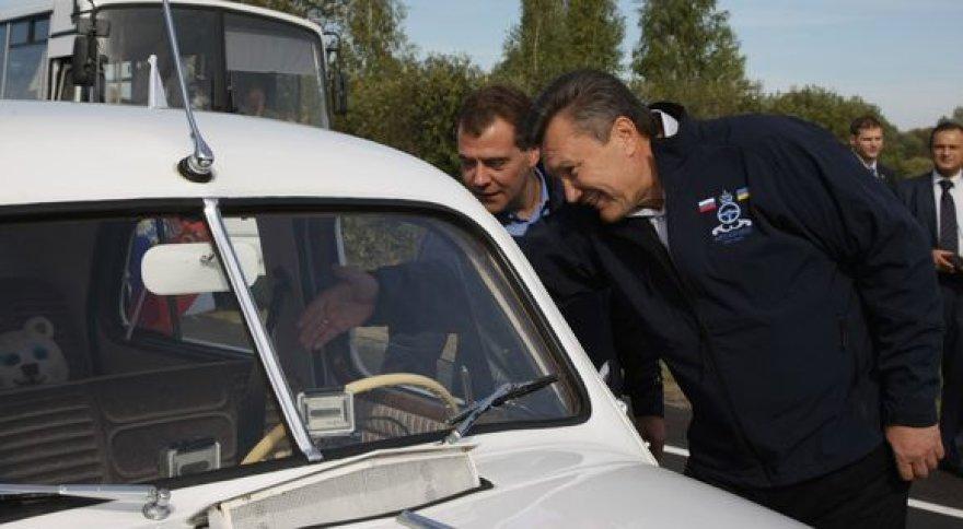 """Janukovyčius ir Medvedevas važiuoja Ukrainos link senoviniais automobiliais """"Pobeda"""""""