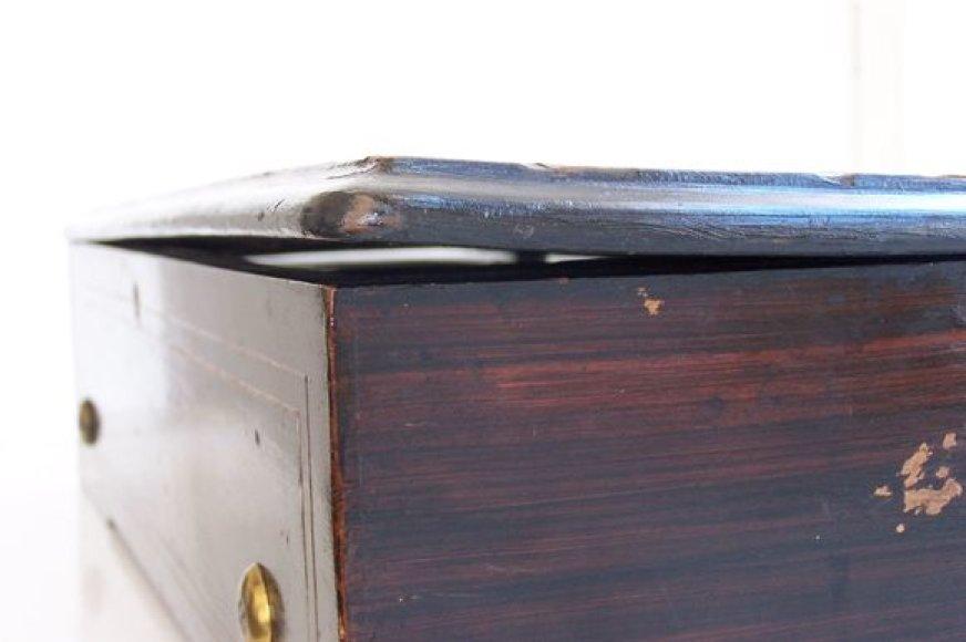 Deformavęsis šveicariškos cilindrinės muzikinės dėžutės dangtis