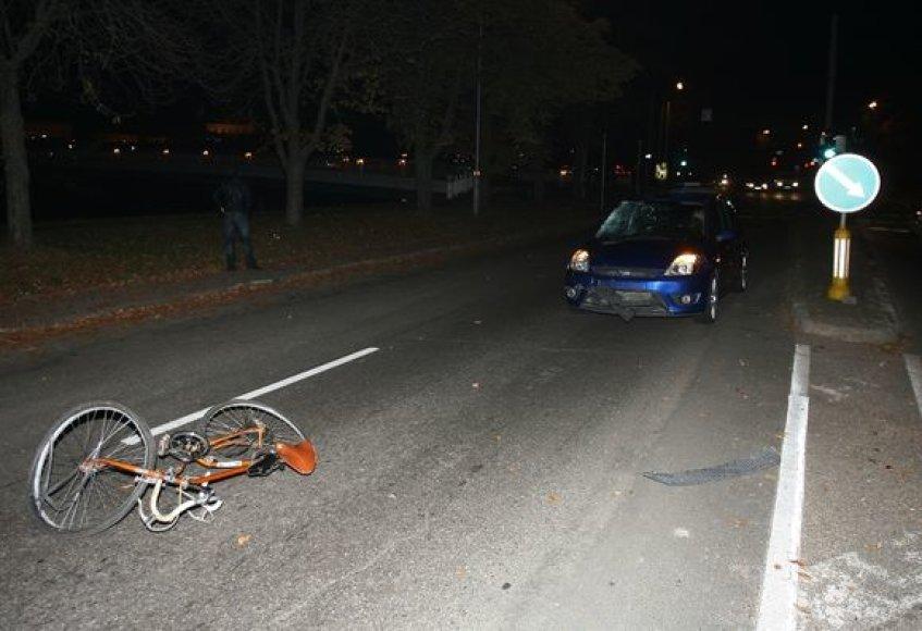 Automobilis partrenkė dviratininką