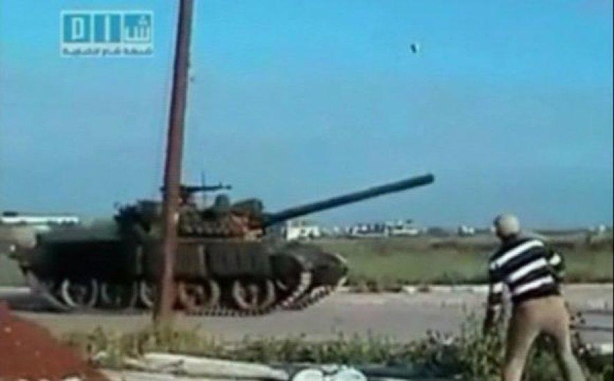 Žmogus meta akmenį į tanką prie Derijos miesto