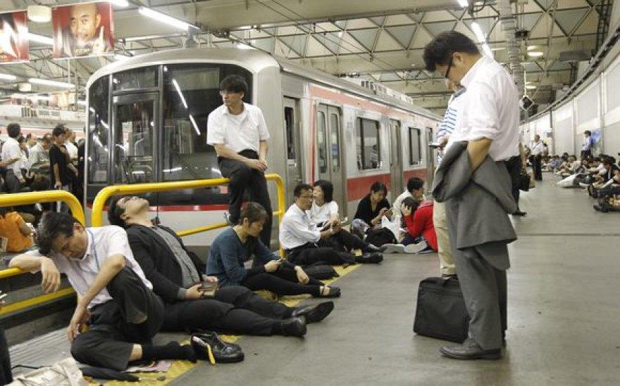 Žmonės laukia stotyse