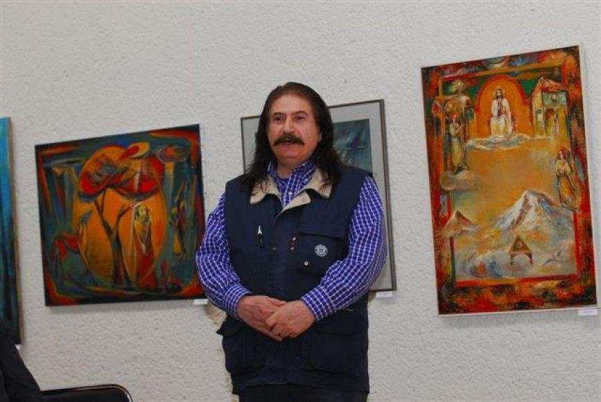 Šiandien gimtadienį švenčiantis dailininkas S.Darbinianas kviečia į viešą tapybos akciją.