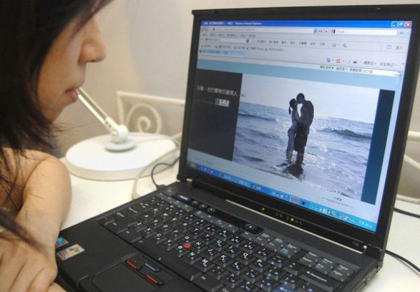 Bučinių nuotraukas mergina deda į internetą