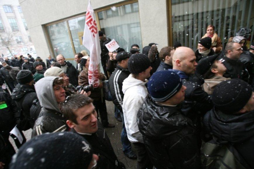 Protesto akcija prie Seimo virto riaušėmis.