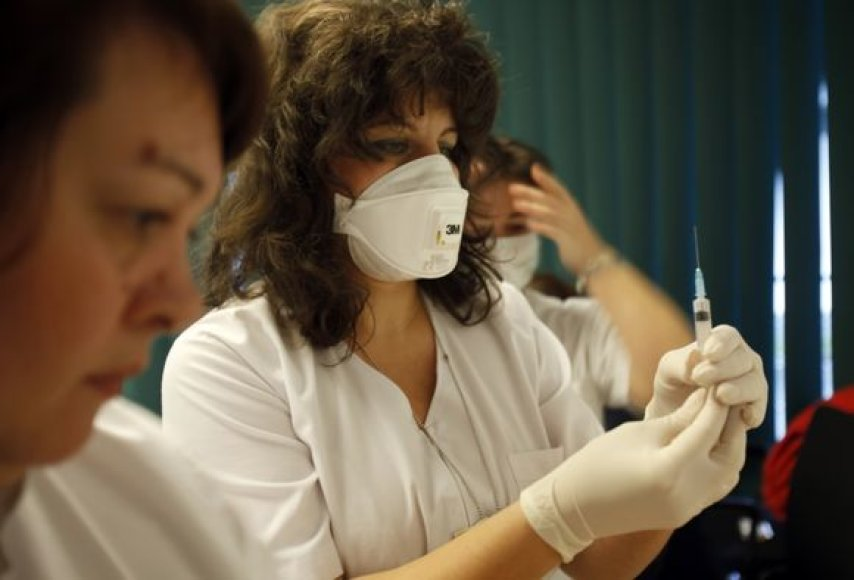 Tūkstančiai Rumunijos gyventojų šeštadienį išsirikiavo į eiles prie vienos ligoninės Bukarešte, norėdami pasiskiepyti nuo pandeminio gripo.