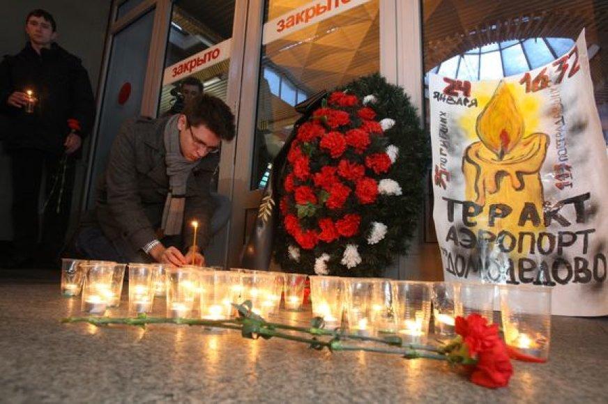 Žmonės pagerbia išpuolio Domodedevo oro uoste aukas
