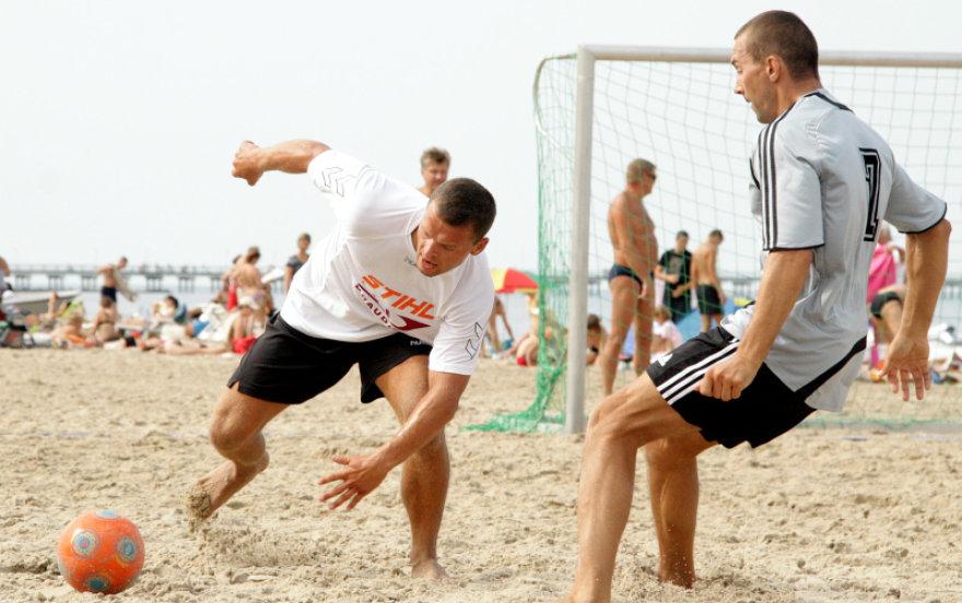 Į rinktinę pakviestas naudingiausias paplūdimio futbolo A lygos žaidėjas T.Straleckas (kairėje)