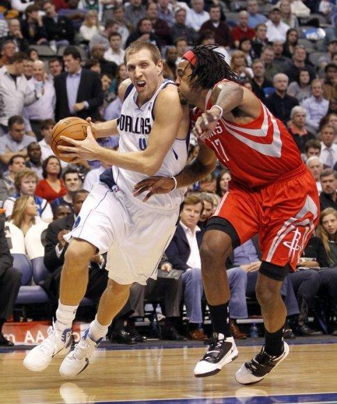 """Dirkas Nowitzkis (kairėje) vedė """"Mavericks"""" į pergalę"""