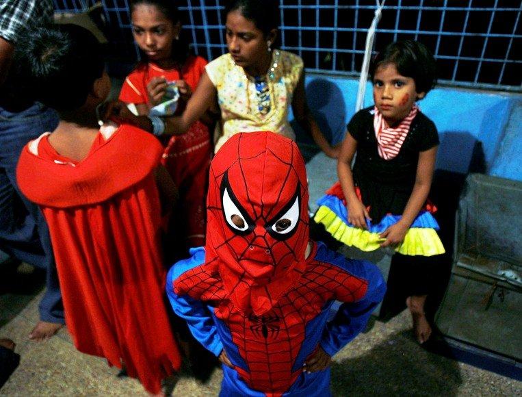 Vaikas, persirengęs Žmogaus Voro kostiumu