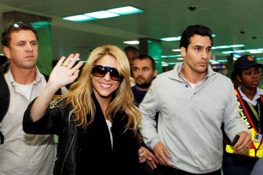 Shakira oro uoste sveikinosi su gerbėjais ir žurnalistais.