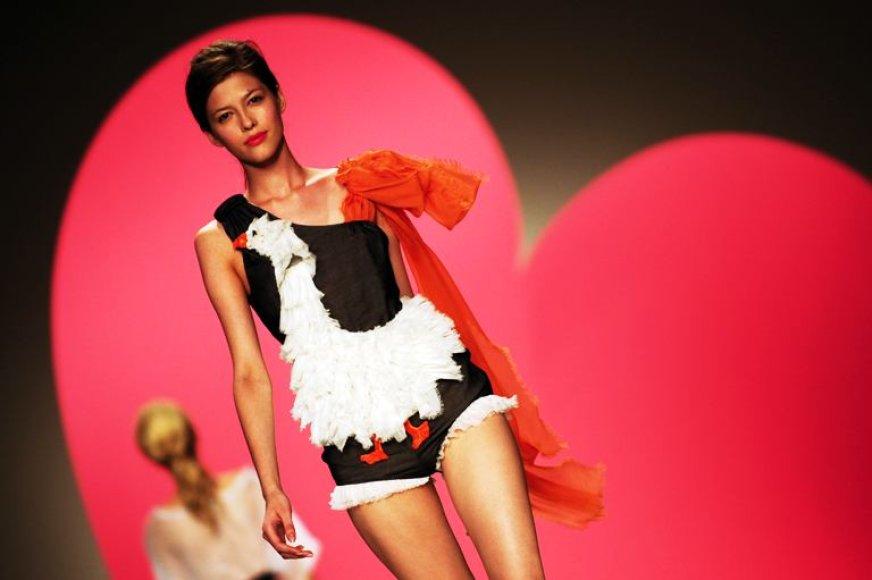 """2010-ųjų vasaros """"Moschino"""" kolekcijos modelis"""
