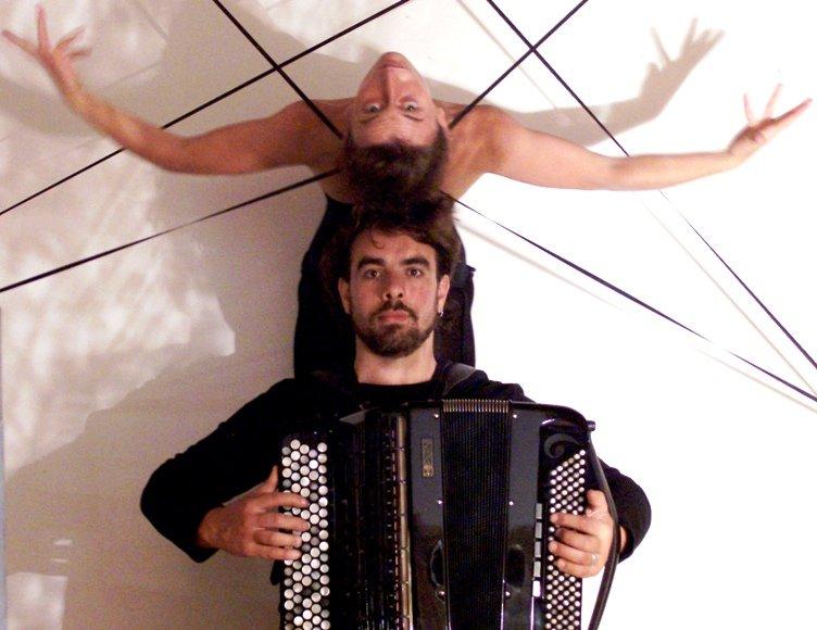 """Duetas iš Italijos, akordeonistas Claudio Jacomucci ir šokėja Kathleen Delaney, pristatys projektą """"Aracne""""."""