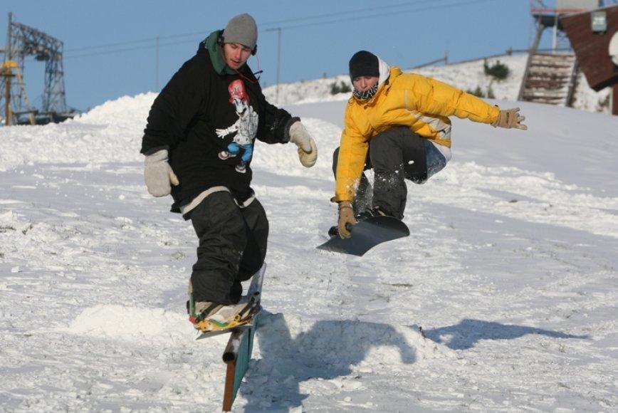 Vilniečiai studentai Juozas ir Paulius su draugais jau atidarė snieglenčių sezoną, nors dauguma kalnų slidinėjimo trasų šią savaitę dar buvo uždarytos.