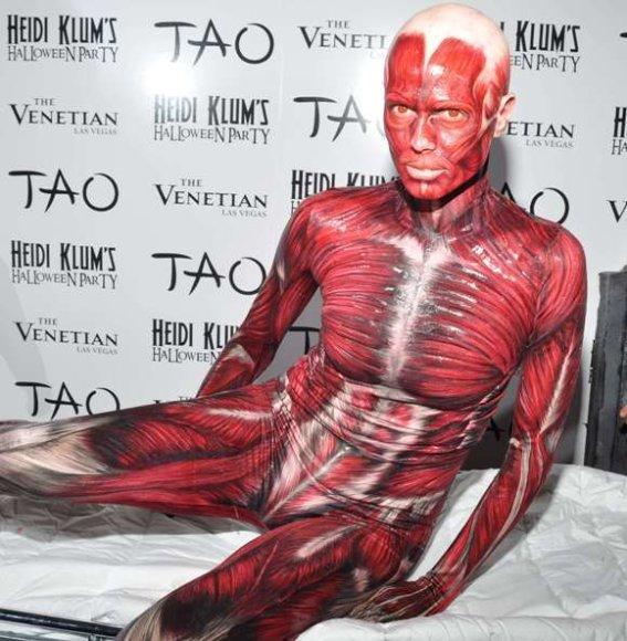 Heidi Klum žmogaus kūno be odos kostiumas, skirtas 2011-ųjų Helovinui