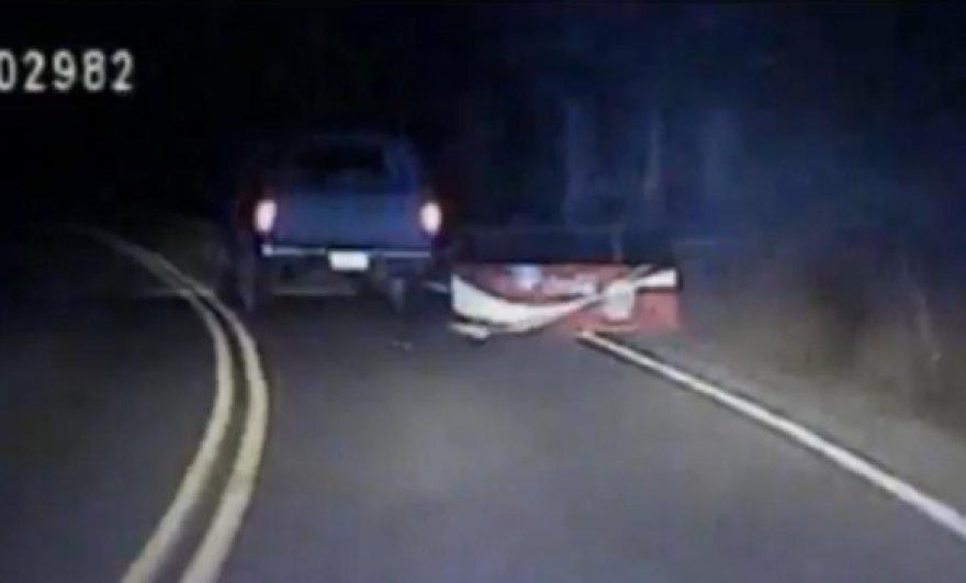 Vairuotojas gėrimų automatą tempė keliu prikabinęs jį prie automobilio grandine.