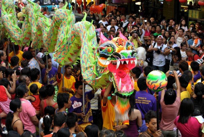 Kinų Naujųjų metų sutikimo akimirkos: maldos deginant smilkalus, karnavalai ir fejerverkai.