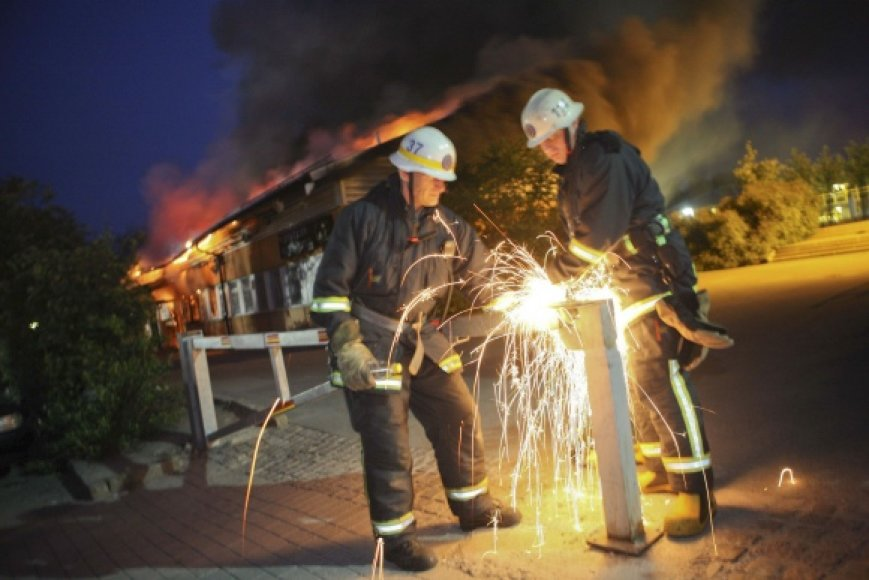 Jaunuoliai padeginėjo pastatus, automobilius.