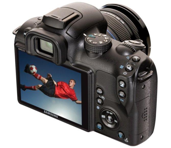 """Filmuoti galinti fotoaparatas su keičiamais objektyvais """"Samsung NX10""""."""