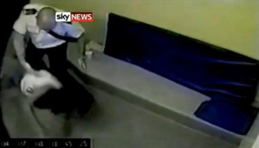 Policijos būstinės vaizdo kameros užfiksavo, kaip pareigūnas M.Andrewsas tempia moterį ir įmeta ją į sulaikymo kamerą.