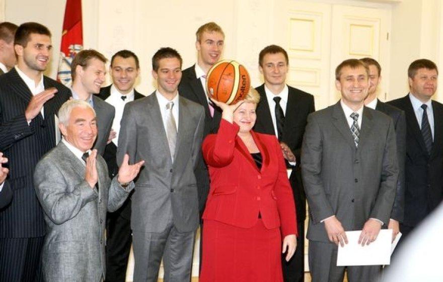Prezidentė Dalia Grybauskaitė Lietuvos krepšinio rinktinės nariams įteikė padėkos raštus, šie šalies vadovei padovanojo krepšinio kamuolį su savo parašais.