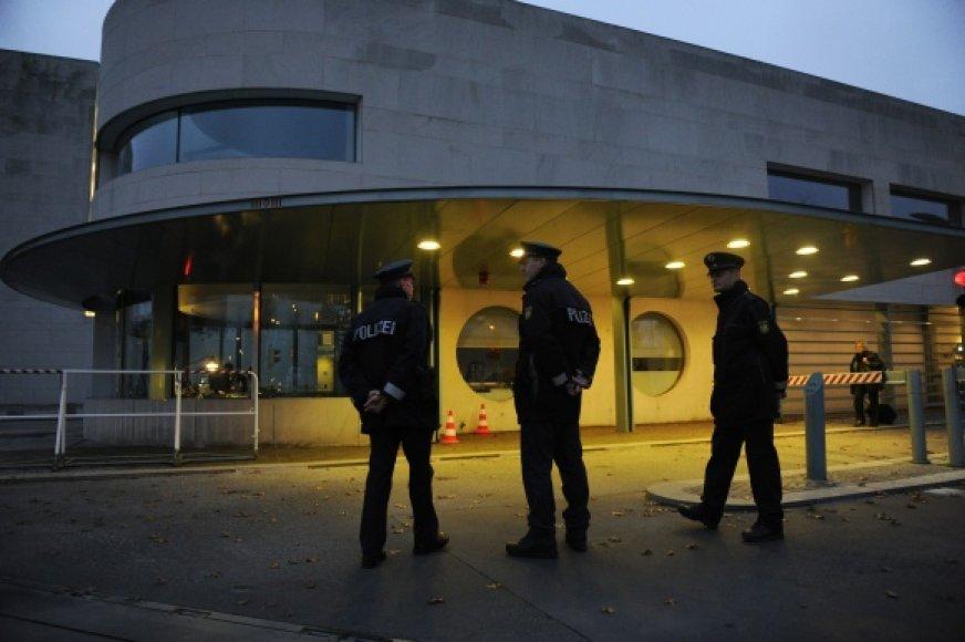 Šalia Vokietijos kanclerės biuro budi policininkai.