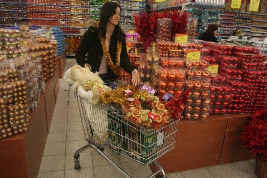 Kai kurie prekybos centrai jau Kalėdų išsiilgusių pirkėjų.
