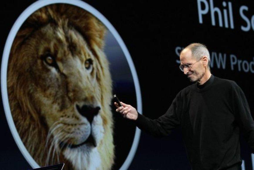 """""""Apple"""" generalinis direktorius Steve'as Jobsas praneša apie atnaujintą operacinę sistemą """"Mac OS X Lion""""."""