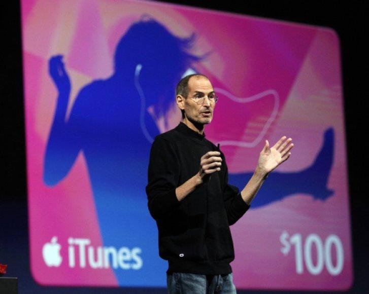 """""""Apple"""" generalinis direktorius Steve'as Jobsas pasakoja apie virtualios saugyklos """"iCloud"""" galimybes."""