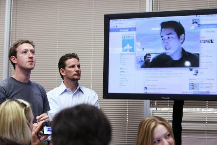 """""""Facebook"""" vaizdo pokalbius pristatė socialinio tinklo įkūrėjas ir vadovas Markas Zuckerbergas (kairėje)."""