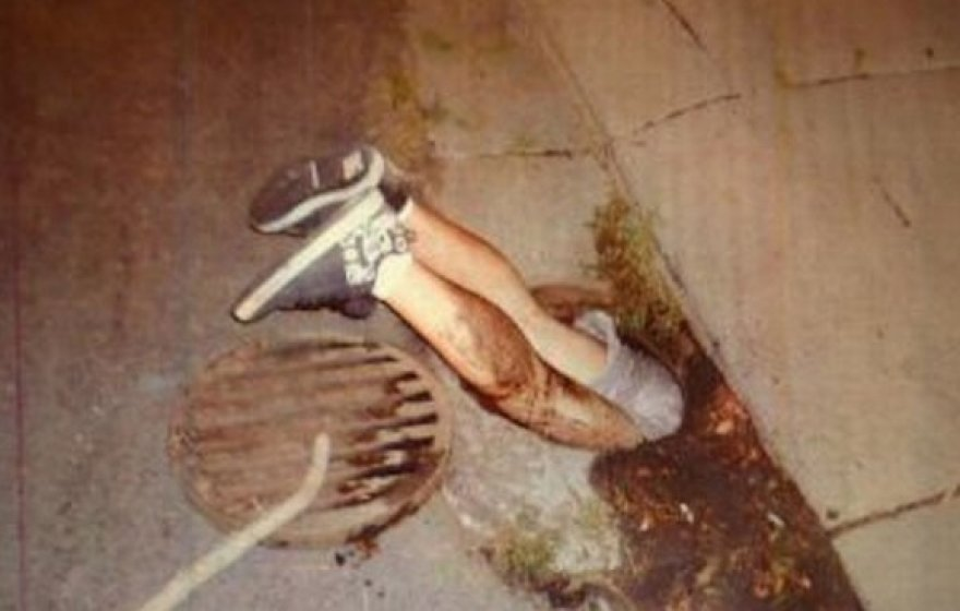 Bandydamas ištraukti telefoną vaikinas įstrigo nutekamojo vandens šulinyje.