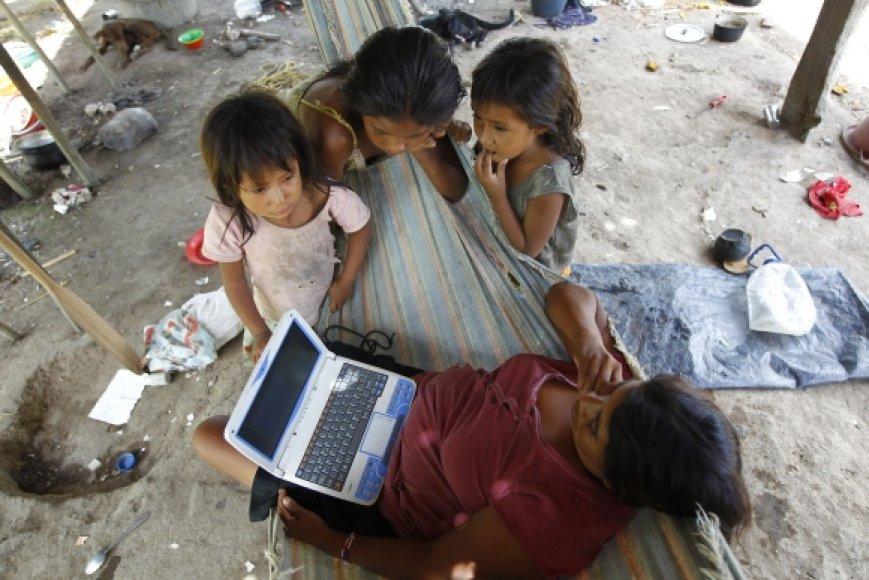 Moteris dirba nešiojamuoju kompiuteriu