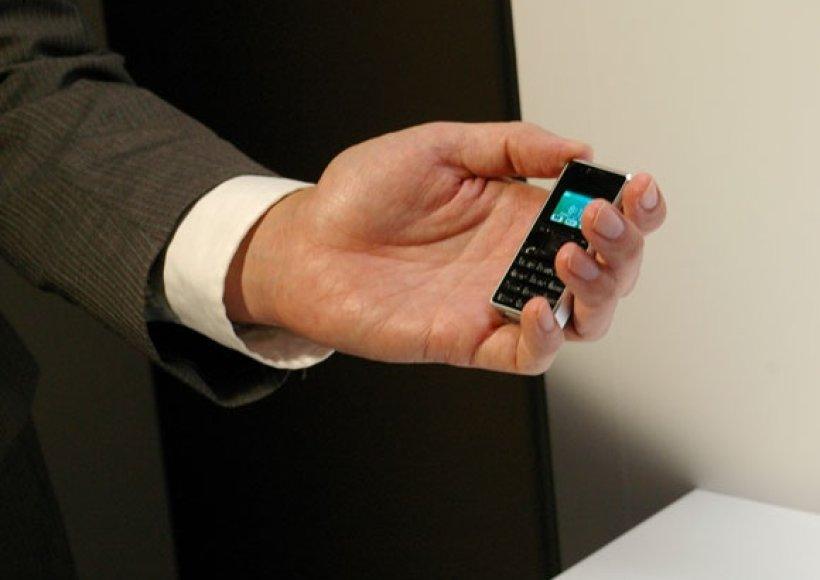 """""""Willcom"""" mobiliojo ryšio operatoriaus pristatytas """"WX03A"""" yra bene mažiausias ir lengviausias mobilusis telefonas pasaulyje."""