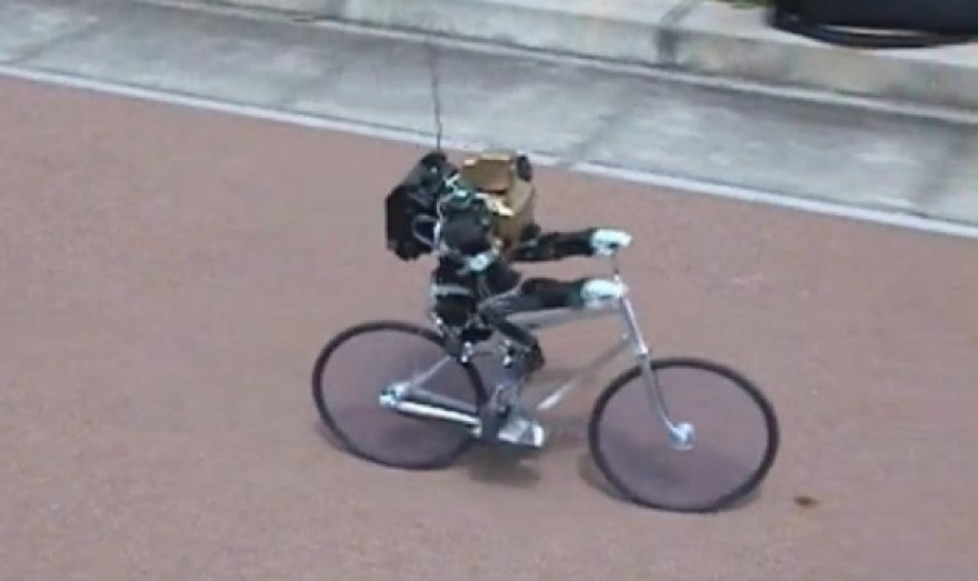 Dviratį minantis robotas