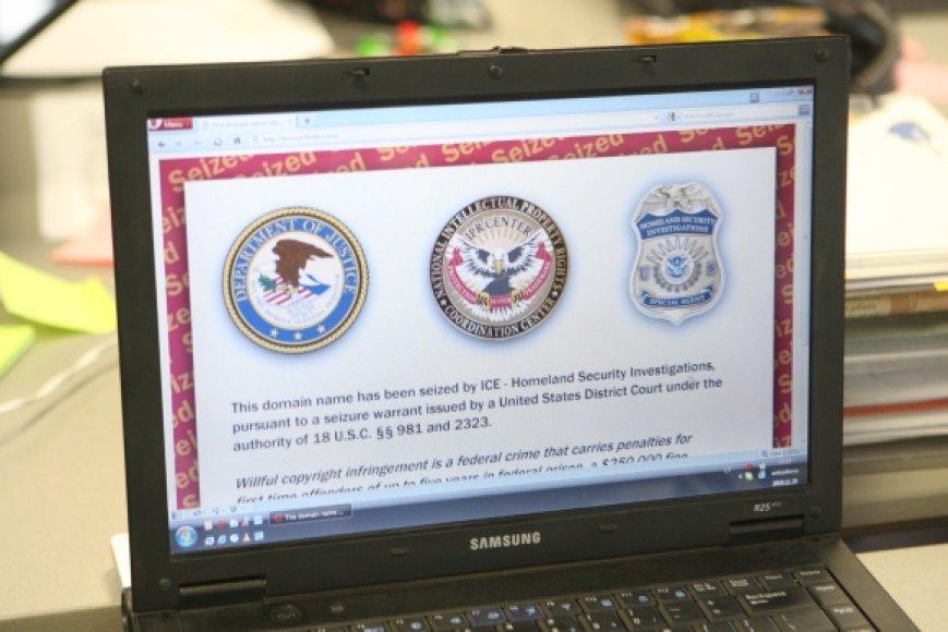 Užėjus į konfiskuotas svetaines vietoj įprasto tinklalapio vaizdo matomas ICE įspėjimas.